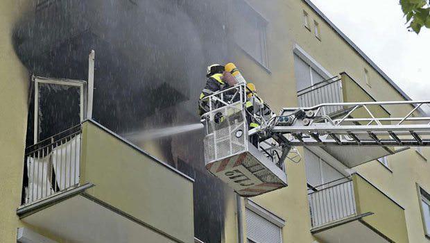 yangını evin camından söndürmeye çalışan itfaiyeciler