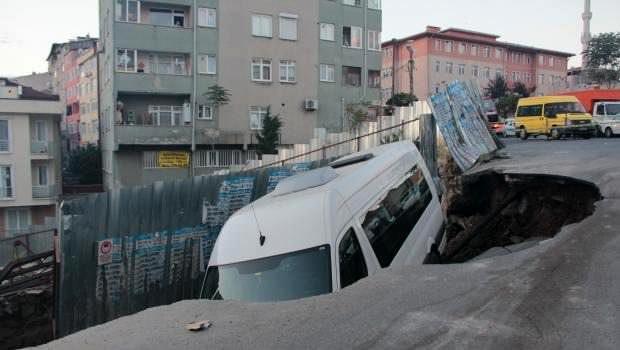 Kağıthane'de yol çöktü