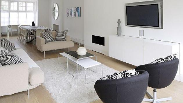Siyah beyaz renklerde dekorasyon edilen bir oda