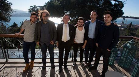 ali ağaoğlu <a href='https://www.emlaktasondakika.com/haber-ara/?key=twitter+fenomenleri'>twitter fenomenleri</a>yle
