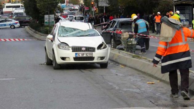 <a href='https://www.emlaktasondakika.com/haber-ara/?key=lodos'>lodos</a>ta arabanın üzerine iskele devrildi
