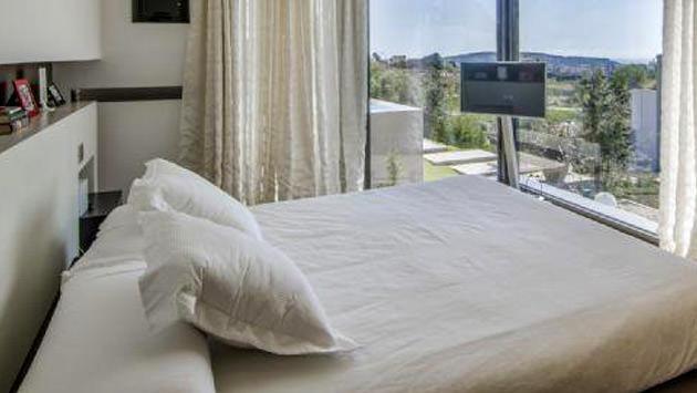 Arda Turan'ın Barcelona'daki beyaz örtülü yatak odası