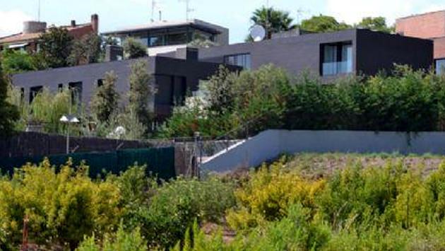 Arda Turan'ın siyah dış cepheli evi