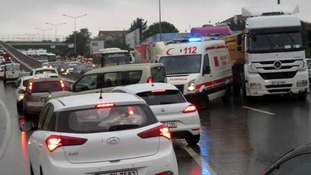 Beykoz'da sağanak yağış nedeniyle trafik kilitlendi