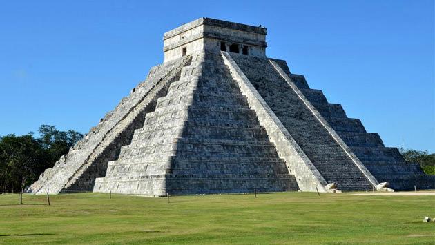 meskikada piramitlere benzeyen 9 gezegeni temsil eden yapı