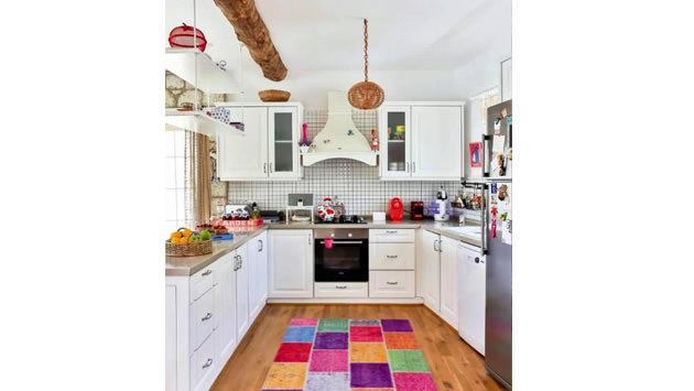 renkli mutfak halısı ve beyaz mutfak dolapları