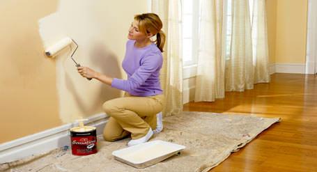 evini boyayan sarışın kadın