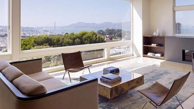 Manzarası olan modern tasarımlı bir ev
