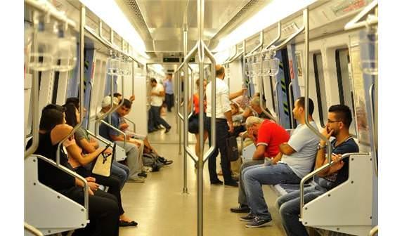 metro içerisinde oturan insanlar
