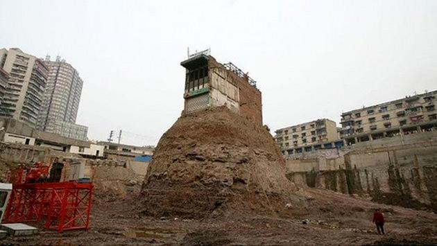 inşaat sahasındaki tek kalan ev