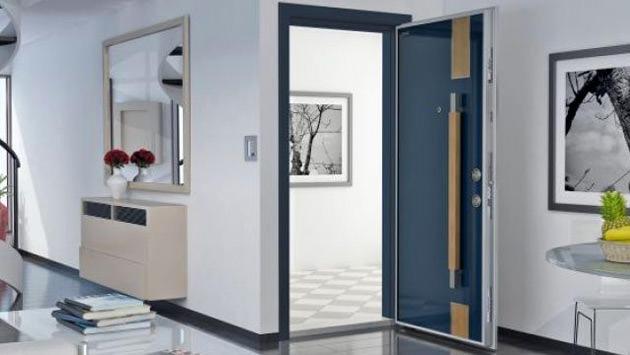 salona açılan mavi çelik kapı