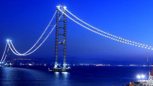 Körfez geçiş köprüsünde ışıklandırma