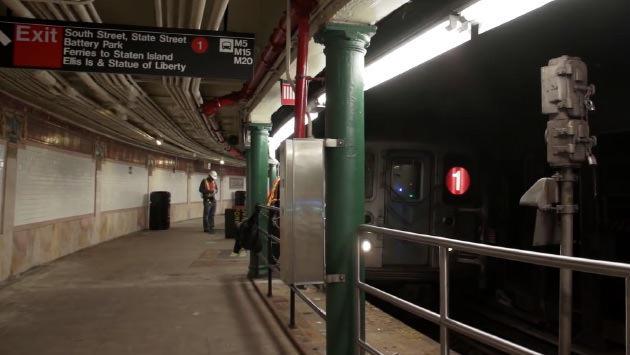 istasyona yaklaşan metro treni