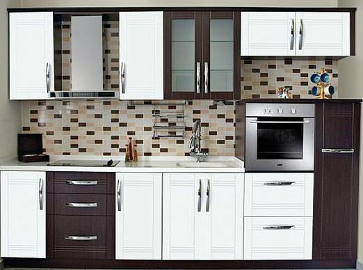 siyah beyaz mutfak dolaplarında mikrodalga fırın