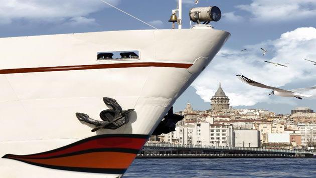İstanbul Boğazı'nda beyaz bir gemi