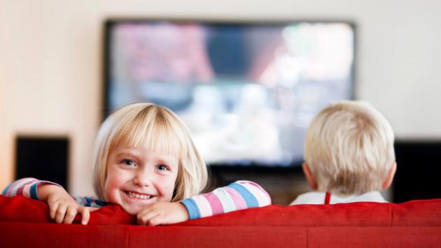 televizyon izleyen çocuklar