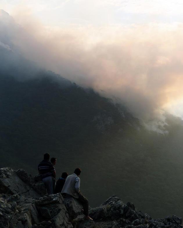 Orman <a href='https://www.emlaktasondakika.com/haber-ara/?key=yang%c4%b1n'>yangın</a>ını seyreden bölge sakinleri