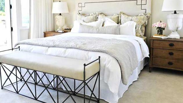 yatağın ayak ucunda mobilya