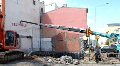 Ardahan'da yıkılacak bina vinçle desteklendi!