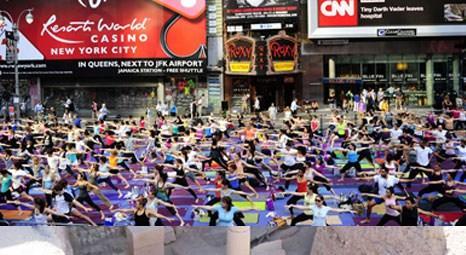 Times Meydanı'nda yazın gelişi yoga ile kutlandı!