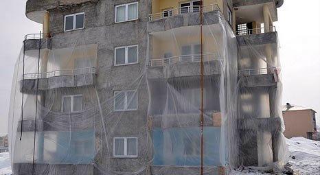Muş'ta soğuğa karşı apartmanı naylonla kapladılar