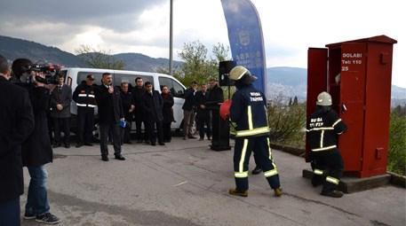 Bursa'da dar sokakta yer alan yangın dolabı ve itfaiye görevlisi