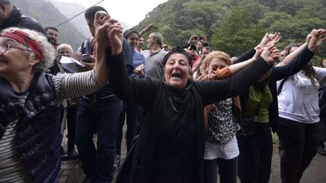 yeşil yol projesini protesto edenler