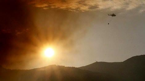 izmir'de orman yangınına müdahale eden helikopter