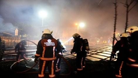 ucuzluk çarşısında çıkan yangına müdahale eden itfaiye ekipleri