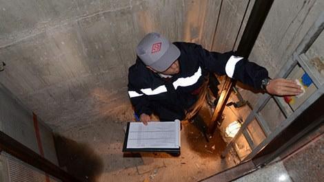 asansör denetimi yapan adam