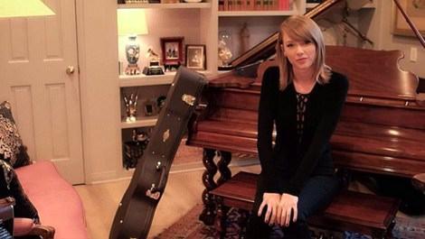 Taylor Swift, Beverly Hills'teki evinin kapılarını açtı