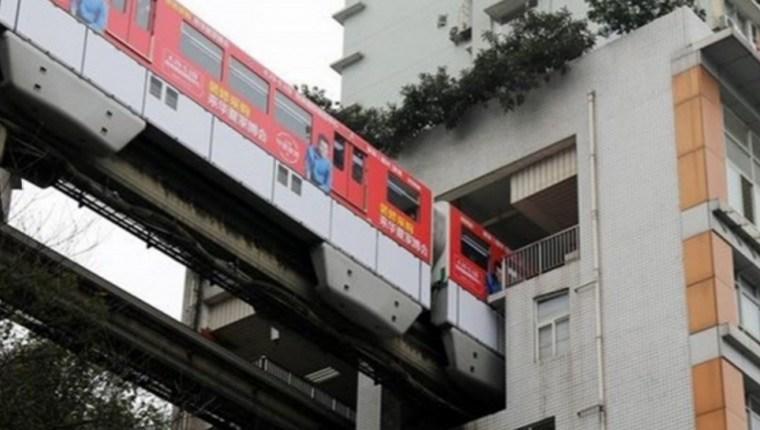 bina içinden geçen tren