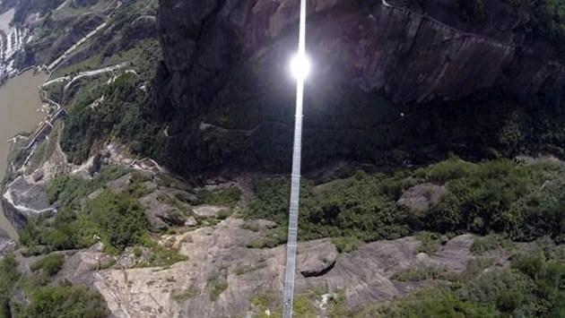 iki dağ arasında uzanan cam köprü