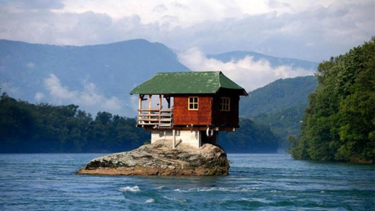 kaya üstüne yapılan ev