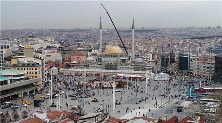 Taksim Camii'nin minarelerinin külahları yerleştirildi
