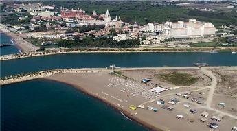 Lüks otellere komşu çardak plajı!