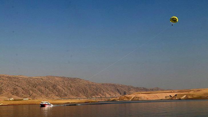 Hasankeyf'te tekne paraşütü keyfi!
