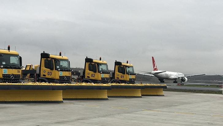 """Apron, pist ve taksi yolları başta olmak üzere, gerekli tedbirlerin alındığı İstanbul Havalimanı'nda, """"Kar Mücadele Ekibi"""" toplam 190 kişiden oluşuyor."""