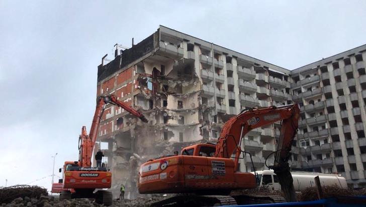 Tophane Mahallesi'nde 117 daire ve 51 iş yerinin yanı sıra 2 de ibadethanenin bulunduğu 2 bin 574 metrekarelik alanda 10 Şubat'ta başlayan yıkım işlemleri sürüyor.