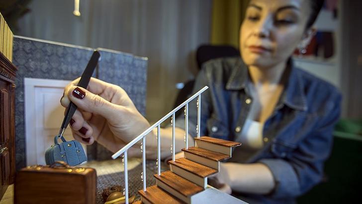 """Kanmaz, dioramanın Türkiye'de yeni sayılabilecek bir sanat dalı olduğuna işaret ederek, """"Dioramayı, herhangi bir öykünün ya da bir durumun kurgu ya da gerçek, çeşitli tekniklerle 3 boyutlu olarak modellenmesi diye açıklayabiliriz."""" dedi."""
