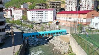 Eski tren vagonu Maçka Deresi üzerinde köprü oldu