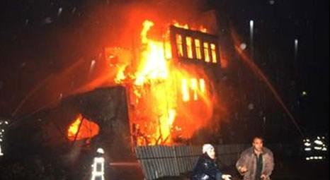 Fatih'te iki katlı ahşap bina kül oldu!
