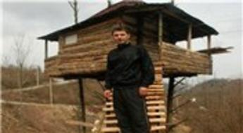 7 metrelik ağaçların üzerine ev yaptı