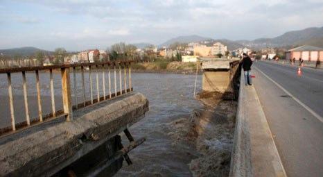 Köprünün bir bölümü daha yıkıldı..!