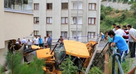 Trabzon'da kontrolden çıkan kepçe eve çarptı!