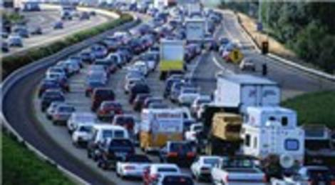 Mahmutbey'de haftalarca kapalı olan iki şerit, trafik çilesi yaşattı!