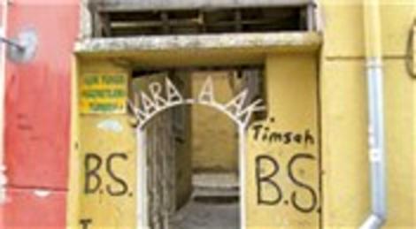 Bursa'daki Yunus Emre türbesi iki apartman arasında kaldı!