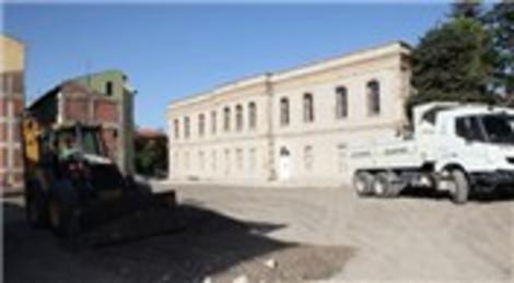 Bursa Büyükşehir Belediyesi, Tarihi Erkek Lisesi'ni çevresindeki binaları temizledi!