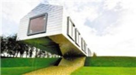 Britanya'da yarısı havada asılı duran bina büyük ilgi görüyor!