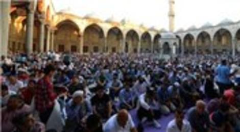 Binlerce vatandaş bayram namazını Sultanahmet Camii'nde kıldı!